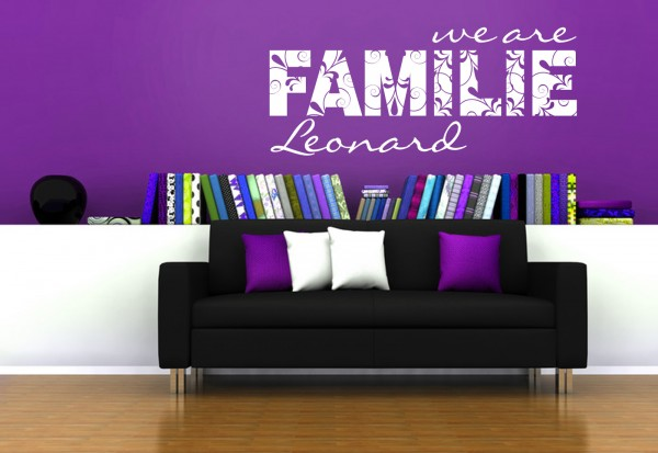 "Wunschname-Wandtattoo Wohnzimmer ""We are Familie"""
