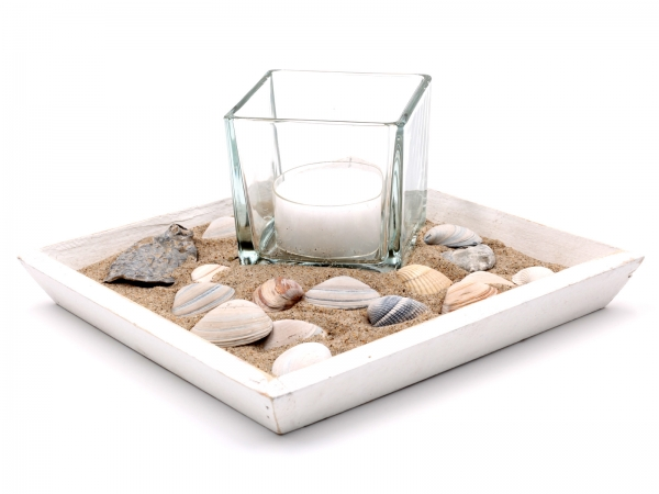 Strandtablet mit Glas, Kerze, Sand und Muscheln - Deko